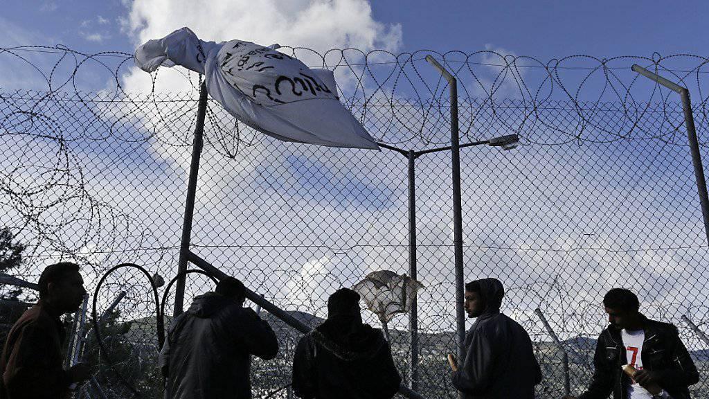 Frühstück im «Hotspot» auf der Insel Samos: Die Flüchtlinge dürfen die Lager nicht verlassen - dagegen protestiert das UNHCR.