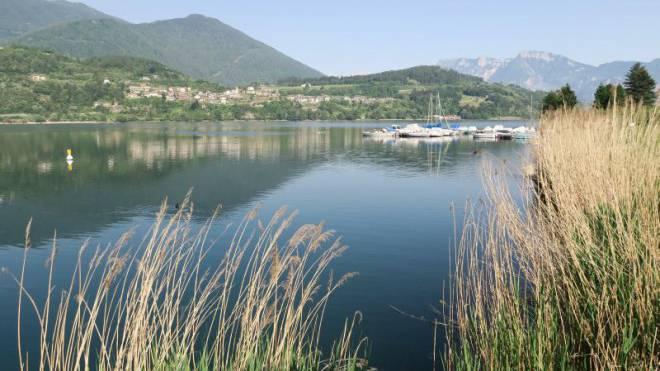 Ein Passsträsschen führt zum Lago di Caldonazzo (rechts). Nur ein waldiger Hügel trennt ihn vom kleineren, stimmungsvollen Lago di Levico. Foto: Armin Herb
