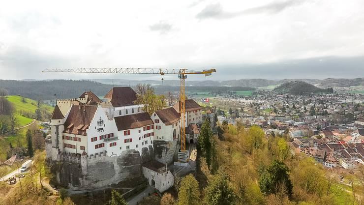 Seit April steht der Kran beim Schloss Lenzburg.