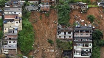 Glück und Verderben liegen nahe beiander: Während einige Häuser in Nova Friburgo komplett zerstört wurden, stehen andere noch