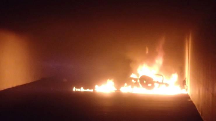 In der Nacht auf Sonntag wurde die Kantonspolizei Aargau über einen Brand in Neuenhof in der Unterführung bei der Zürcherstrasse informiert.
