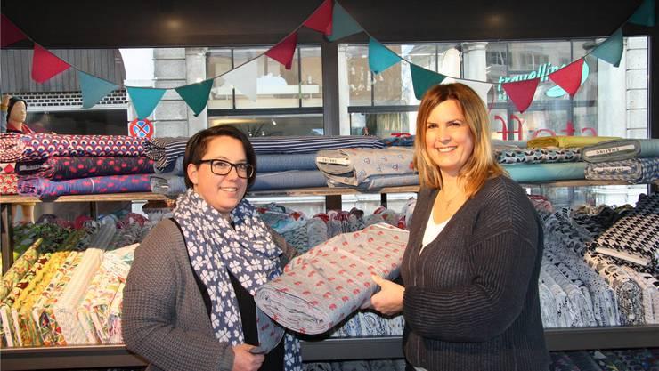 Jenny Stalder und Geschäftsinhaberin Sandra Friedli freuen sich über die neue Filiale von «stoffartig» am Klosterplatz.