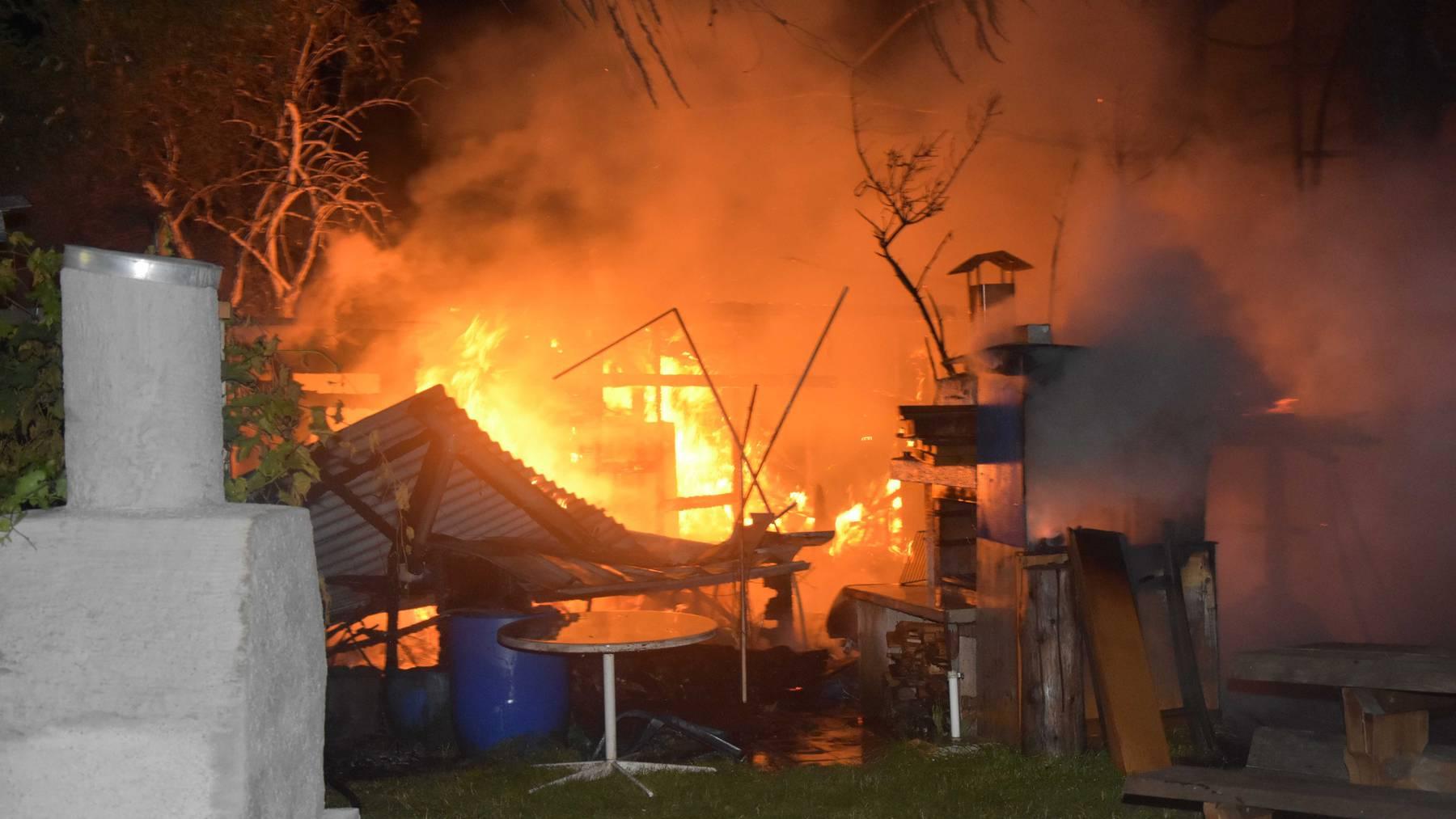 Zwei Gartenhäuschen brannten nieder, weil ein Senior eine Pfanne auf dem Gasherd vergass.