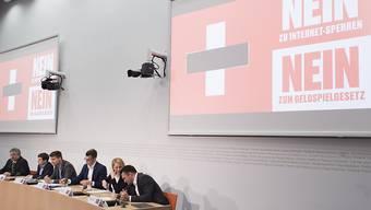 Mit dem Sujet eines Schweizer Kreuzes mit Zensurbalken startete das Referendumskomitee am Donnerstag in die Kampagne.