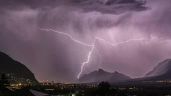 Genfer Forscher wollen Blitze mit Lasern beeinflussen. Anfang April startet in der Ostschweiz die Testphase. (Symbolbild)