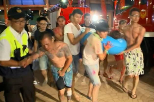 Rettungskräfte helfen nach der Explosion im Formosa Water Park bei Taipeh einem Verletzten - insgesamt wurden über 500 Menschen verletzt, fast 200 von ihnen schwer.