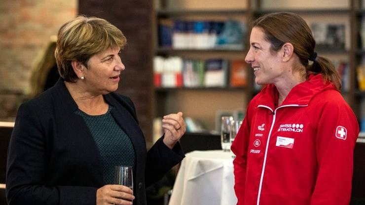 Bundesrätin Viola Amherd im Gespräch mit Triathletin Nicola Spirig.
