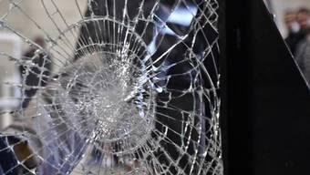 Jugendbanden haben in Windisch in der Dohlenzelgstrasse eine zerborstene Fensterscheibe hinterlassen. (Symbolbild)