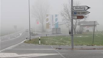 Mitten in Bözberg zeigt ein Wegweiser nach Bözberg (Archivbild).