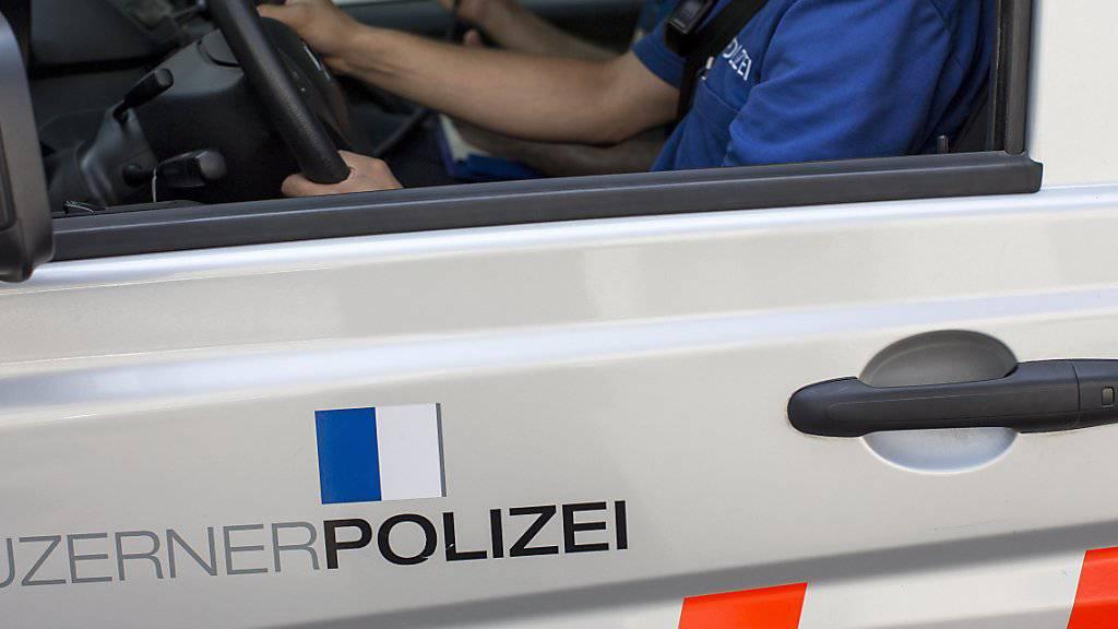 Die Luzerner Polizei hat nach einem tödlichen Unfall mit Fahrerflucht zwei Personen festgenommen. (Archiv)