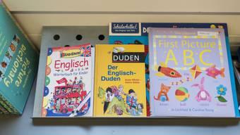 Englischwörterbücher und ein ABC-Buch im Unterricht einer 3. Klasse.