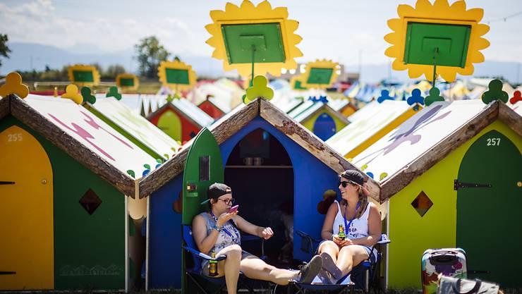 Am Paléo Festival in Nyon haben am Dienstag die ersten Besucher das neuartige Angebot mit Hütten und Zelten mit richtigen Betten in Beschlag genommen.