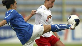 Die Italienierin Giulia Domenichetti klärt vor Sandy Maendly