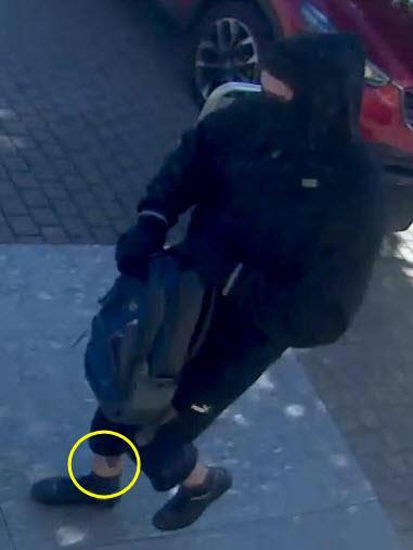 Der Täter hat am rechten Unterschenkel ein Tattoo. (© Kapo SG/FM1Today)