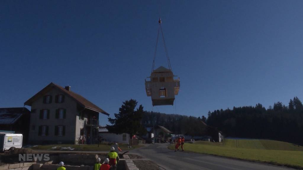 Spektakulärer Transport: Holz-Spycher wird per Helikopter eingeflogen
