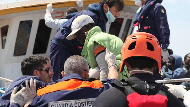 Küstenwache kümmert sich um Flüchtlinge (Symbolbild)