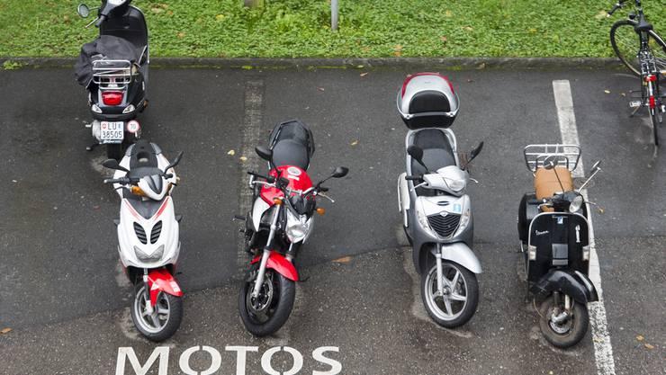 Motorräder auf einem Parkplatz