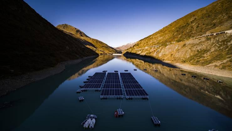 Wenn die Steuer in die Forschung fliesst, ist die Akzeptanz grösser: Schwimmendes Solarkraftwerk beim Grossen St. Bernhard.
