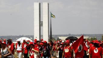 In mehreren brasilianischen Städten - wie hier in der Hauptstat Brasiília - haben Demonstranten gegen die Sparmassnahmen im Land protestiert.