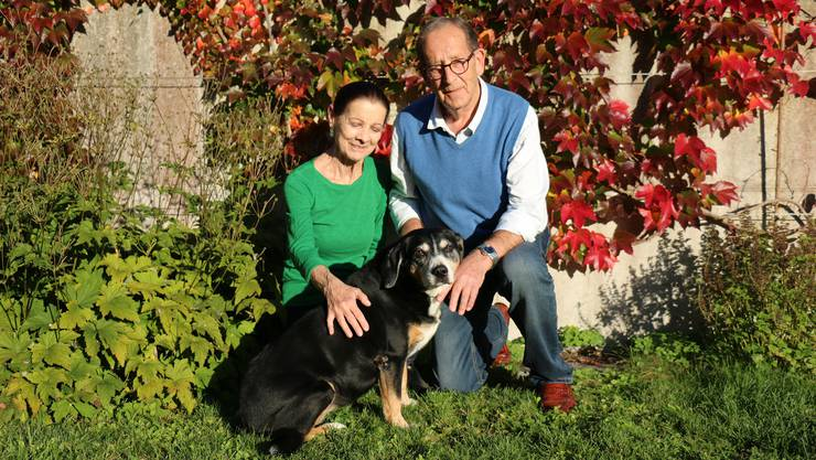 Sie haben sich dem Wohl rumänischer Strassenhunde verschrieben: Silvia und Josef Zihlmann (70 und 75) mit Entlebucher Sennenhündin Hera (13) in ihrem Garten in Weiningen.