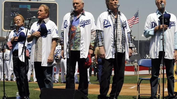Älter geworden, aber bunt geblieben: Die Beach Boys (v.l.) Al Jardine, Mike Love, Bruce Johnston, Brian Wilson und David Marks erhalten eine Goldene Kamera (Archiv).