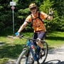 Challenge dank vielen Spendern erfolgreich beendet: Markus Büchi sammelt auf seinem Mountainbike fahrend Geld für die Kinderkrebshilfe Schweiz.