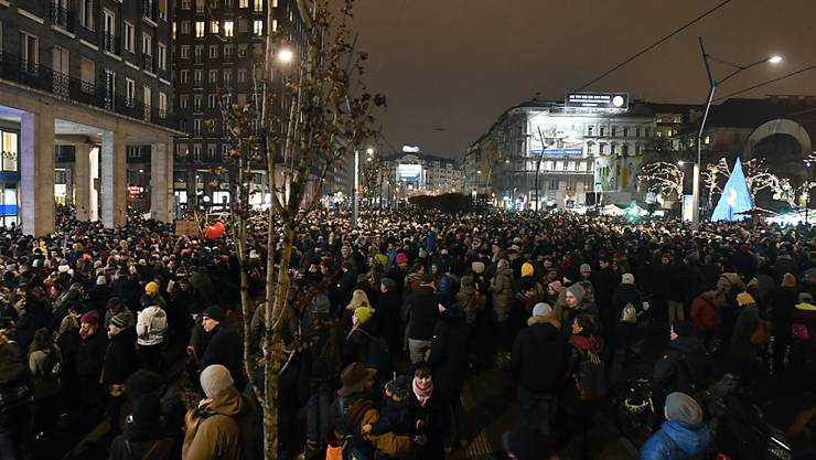 Tausende sind am Montagabend in Budapest auf die Strasse gegangen, um gegen einen Gesetzentwurf der Regierung zur Massreglung von Kultureinrichtungen in Ungarn zu protestieren.