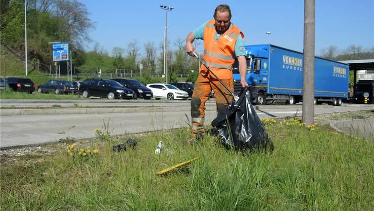 Eine Tonne pro Jahr und Kilometer: Die Abfalleinsammler haben viel zu tun. nbo