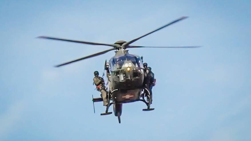 Szenen wie im Actionfilm: Polizisten seilen sich aus Helikopter ab