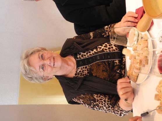 Die Mitbegründerin des Oetwiler Fahrdienstes geniesst das Essen.