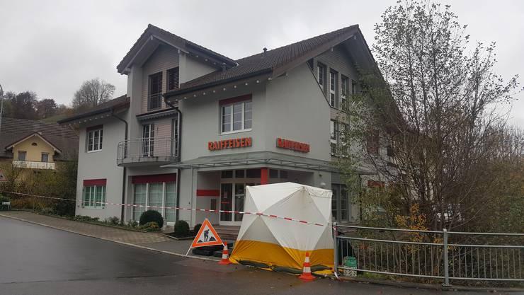 Ein unbekannter Täter hat am Mittwochvormittag die Raiffeisenbank Reitnau-Rued überfallen.