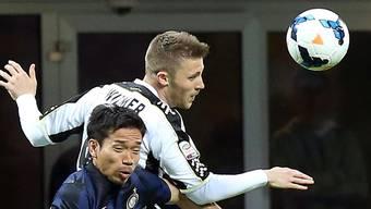 Silvan Widmer (hinten) im Einsatz für Udinese Calcio in der Serie A gegen Inter Mailands Yuto Nagatomo.