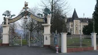 Das Schloss Bad Zurzach mit dem pompösen Eingang. Das Gebäude wird auch «Himmelrych» und «Villa Zuberbühler» genannt.