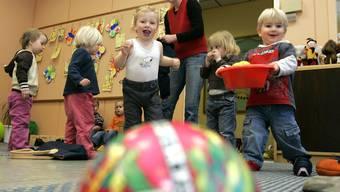 Die Initiative will die Kinderbetreuung für Eltern günstiger machen, indem sich auch die Arbeitgeber an der Finanzierung beteiligen.. (Symbolbild)