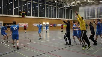 Der SV Lägern Wettingen (in Blau) jubelt über den Aufstieg.