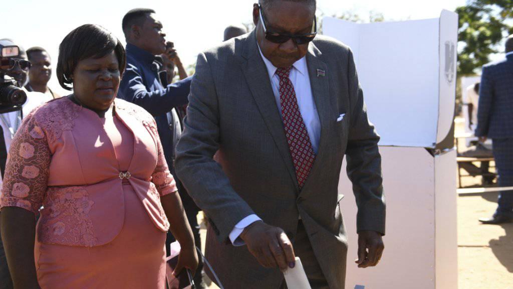 Malawis alter und neuer Präsident Peter Mutharika (hier bei der Stimmabgabe) hat sich knapp eine zweite Amtszeit gesichert. (Archivbild)