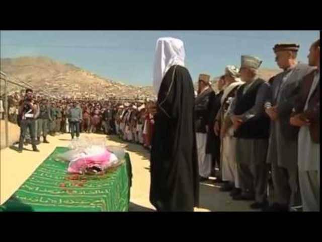 Proteste in Afghanistan: Frauenrechtlerinnen tragen gelynchte Frau zu Grabe.