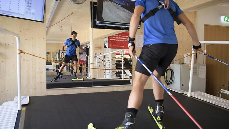 Roman Furger auf dem ultramodernen Laufband im neuen Leistungszentrum in Davos
