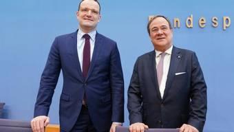 Der Ministerpräsident von Nordrhein-Westfalen, Armin Laschet, (r.) kandidiert als CDU-Parteichef, Gesundheitsminister Jens Spahn (l.) als sein Stellvertreter.