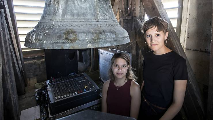 Mischpult und Lautsprecher statt Glocke im Einsatz: Die Kunststudentinnen Klarissa Flückiger und Mahtola Wittmer lassen bis am 30. Juli vom Kirchturm der Luzerner Peterskapelle ein Handygeklingel ertönen.