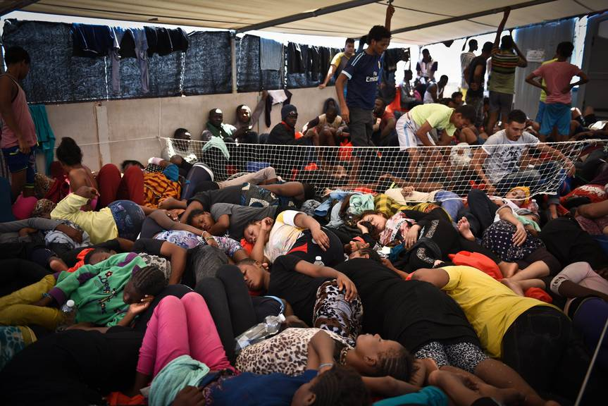 Fürs erste in Sicherheit: Die Flüchtlinge liegen dicht gedrängt auf dem MSF-Rettungsschiff Dignity.