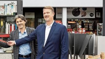 Bibliotheken-Leiterin Monique Roth, Schlierens Stadtpräsident Markus Bärtschiger (SP) und Gemeinderat Manuel Kampus (Grüne) freuen sich über neuen Lesestoff.