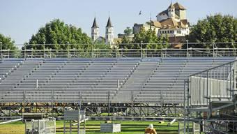 Auf dieser Tribüne finden 4000 schwingbegeisterte Zuschauer Platz. Im Hintergrund thront die Festung Aarburg.
