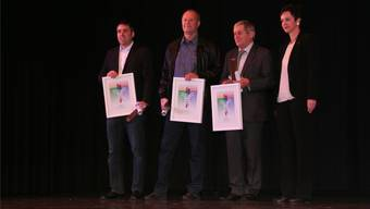 Die Baselbieter Sportdirektorin Monica Gschwind (r.) übergibt den Anerkennungspreis an (v.l.): Daniel Bütikofer (Läufelfingen), Bruno Schindelholz (Niederdorf) und Kuno Cereda (Liesberg). haj