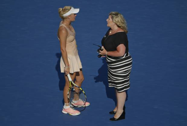 Caroline Wozniacki bespricht sich mit einer Vertreterin der Turnier-Organisatoren.