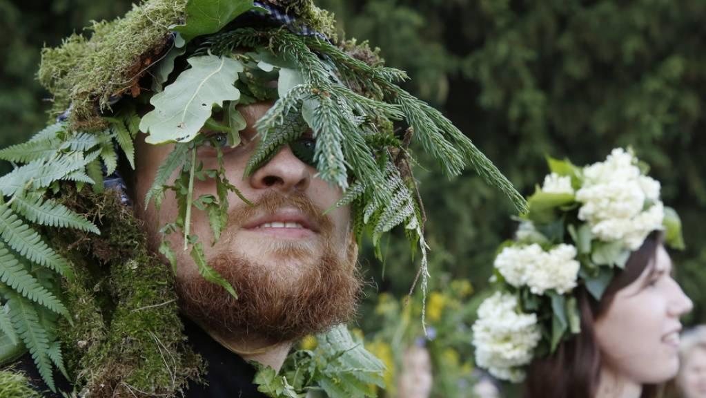 Belarusen feiern Anfang Juli das heidnische Sommerfest Kupalle. Seit 1991 heisst das Land offiziell «Belarus» - so, wie auch die Einheimischen es nennen. «Weissrussland» ist die Bezeichnung, die der Okkupator Russland bevorzugte. (Archivbild 4.7.20)