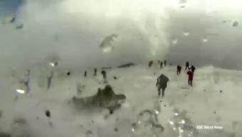 Das flüchtende TV-Team und die geschockten Touristen nach der vulkanischen Explosion auf dem Ätna.