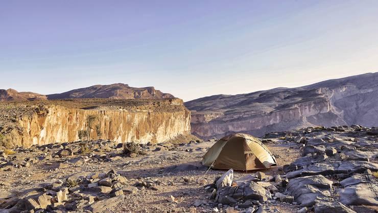 Wild campieren in Oman: Fünf Meter vom Zelt entfernt, reisst das Wadi An Nakhur, die tiefste Schlucht im Nahen Osten, seinen eindrücklichen Rachen auf.