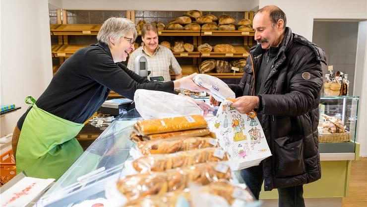 Guido Keller (rechts) war gestern Morgen früh der erste Kunde von Esther und Stephan Büchli im neuen Ladenlokal an der Augustin-Keller-Strasse. Sandra Ardizzone