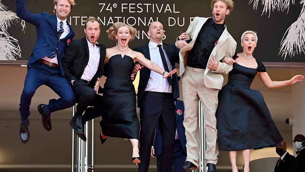 dpatopbilder - Die russischen Schauspieler Semyon Serzin, Juri Borisow, Julia Peresild, Juri Kolokolnikow, Iwan Dorn und Tschulpan Chamatowa springen, als sie zur Vorführung des Films «Petrov's Flu» bei der 74. Ausgabe der Filmfestspiele von Cannes ankommen. Der Regisseur Serebrennikow durfte nicht aus Russland ausreisen. Foto: John Macdougall/AFP/dpa